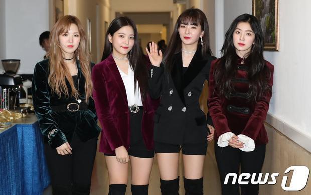 Cả 2 tiết mục của Red Velvet đều bị cắt bỏ.