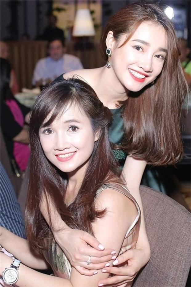 Nhã Phương tươi tắn bên chị gái. Với đôi mắt to tròn, nụ cười hiền và những đường nét dịu dàng không khó để nhận ra hai cô gái này có cùng huyết thống nhỉ?!
