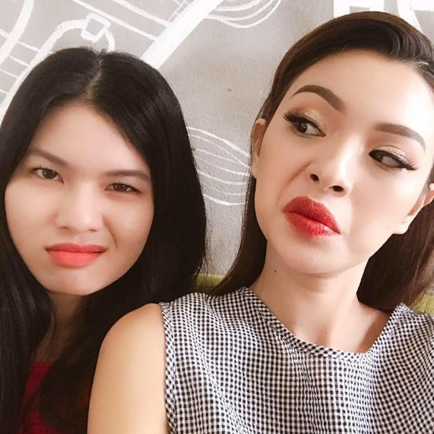 Nếu không giới thiệu thì có ai nghĩ rằng Tú Hảo đang tạo dáng bên em gái ruột của mình? Không thể phủ nhận cả hai đều xinh xắn nhưng hoàn toàn… chẳng có gì giống nhau!