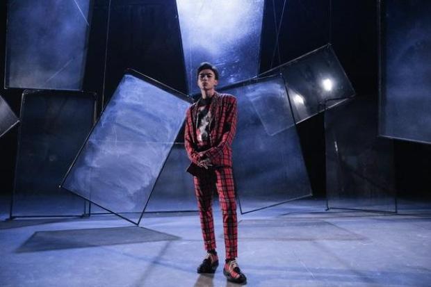 Vẫn tiếp tục công thức đồng bộ matchy matchy, Soobin còn diện thêm hai bộ cánh khác tương tự trong MV. Đó là một bộ suit caro đỏ đi cùng giày matching hoạ tiết…
