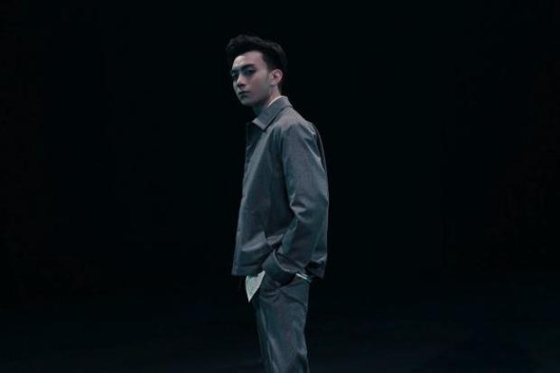 Và một bộ trang phục theo tông màu xám nhạt gần cuối MV.