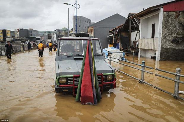 Hiện thủ đô Jakarta có 13 con sông đổ vào và lượng mưa mỗi năm lên đến 150cm, khiến thủ đô chìm sâu trong nước. Tuy nhiên, bê tông nặng khiến nền đất sụt với tốc độ quá nhanh mới là nguyên nhân khiến mực nước tại Jakarta dâng lên mỗi năm.