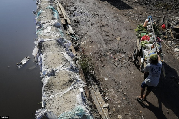 Theo các bộ trưởng, nguyên nhân gốc rễ là do thủ đô thiếu nguồn nước sinh hoạt để cung cấp cho hơn 10 triệu người. Điều này khiến người dân phải đào giếng để tự cấp nước. Việc đào giếng làm nền đất bị rỗng và góp phần khiến nền đất sụt thêm nhanh chóng.