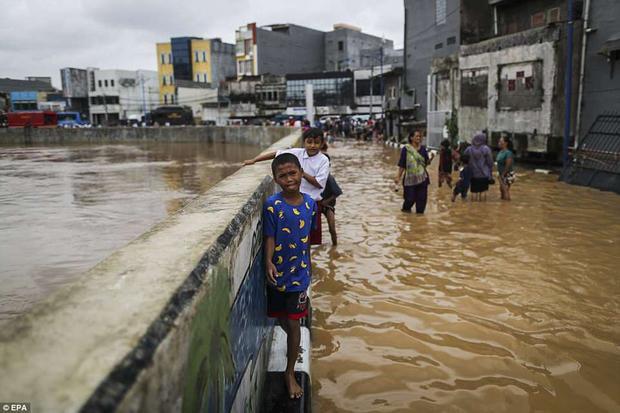 Bên cạnh đó, hệ thống thoát nước và xử lý rác thải tại Jakarta cũng rất kém nên thường xuyên xảy ra tình trạng ứ đọng.