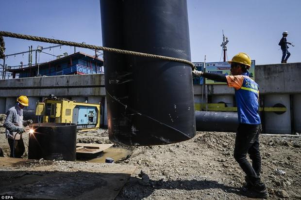 """JanJaap Brinkman, một nhà thủy văn, chuyên xử lý các vấn đề nước cho biết: """"Chúng tôi nghiên cứu và khi nhìn vào bản đồ, chúng tôi phát hiện ra tốc độ chìm xuống biển ở nhiều nơi tại Jakarta không phải là 1cm/năm mà là 5-10 cm/năm""""."""