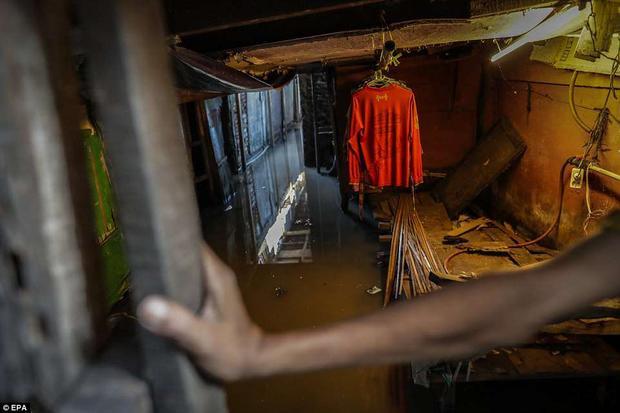 """Hiện tại, chính quyền Indonesia đã đưa ra nhiều giải pháp để khắc phục tình trạng này nhưng tất cả dường như chỉ là """"muối bỏ bể"""". Kể cả khi chính quyền chi ra 40 tỉ USD để tạo ra một bức tường chắn biển, nhằm giải quyết tình trạng ngập lụt nhưng cũng không ăn thua. Quá trình xây dựng nhiều lần cũng bị đình trệ vì thiếu vốn."""