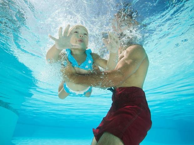Trẻ con xứ người được học bơi ngay từ nhỏ - (Ảnh minh họa).