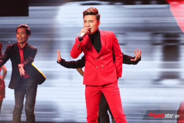 Bá Huy có phần kết show sôi động bằng liên khúc Ngày em đi - Ngày vui qua mau.