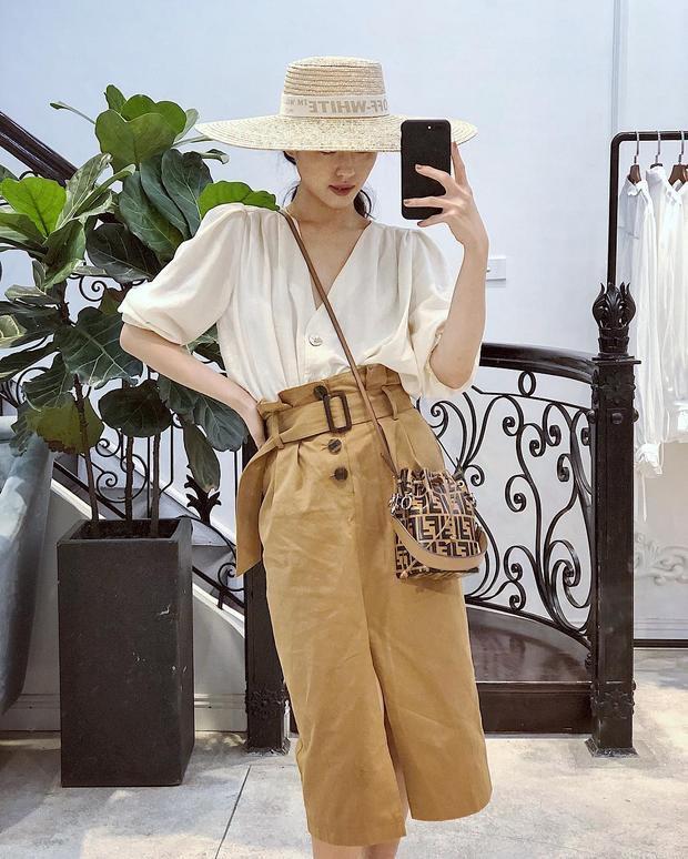 Khánh Linh The Face đem đến không khí mùa hè với chiếc mũ cói rộng vành che nửa mặt. Cô nàng cũng phối với áo sơ mi trắng và chân váy màu beige để hoàn thiện tổng thể.