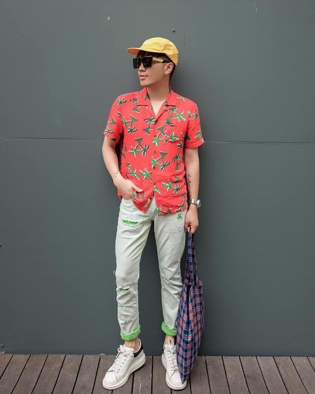 Bộ cánh màu sắc là lựa chọn của Lê Minh Ngọc khi xuống phố. Anh chàng sử dụng túi tote họa tiết ca rô, đi cùng mắt kính gọng siêu nhân trị giá hơn 8,2 triệu đồng củaIrresistor làm điểm nhấn.