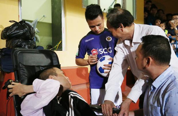 Quang Hải ký tặng anh anh Đỗ Hà Cừ - một CĐV bị tật nguyền từ nhỏ có niềm đam mê với bóng đá. Ảnh: Lâm Thỏa.