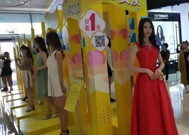 Vào tuần trước, trung tâm mua sắm Vitality City thuộc thành phố Hà Nguyên, tỉnh Quảng Đông cũng diễn ra dịch vụ này. Tuy nhiên, đó lại là dịch vụ cho thuê bạn gái. Có tất cả 15 người phụ nữ xinh đẹp đứng trên bục để chờ người đến thuê.