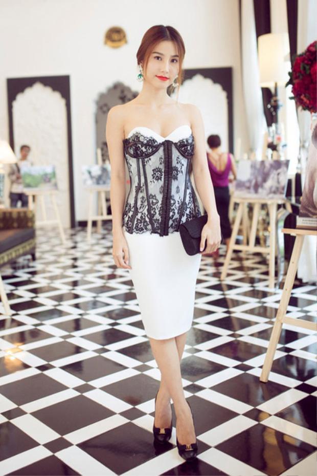 Chỉ cần chú ý thắt áo corset chặt hơn một chút, lộ rõ eo là Diễm My 9X đã đẹp hơn rất nhiều.