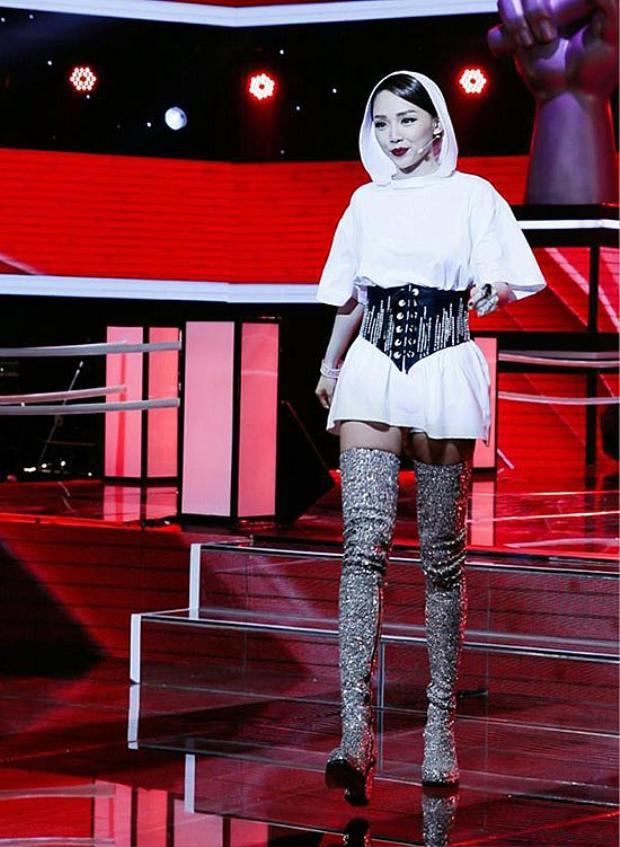 """Đây là bộ cánh giúp cô nàng trở nên tỏa sáng trên """"ghế nóng"""" chương trình The Voice 2017."""