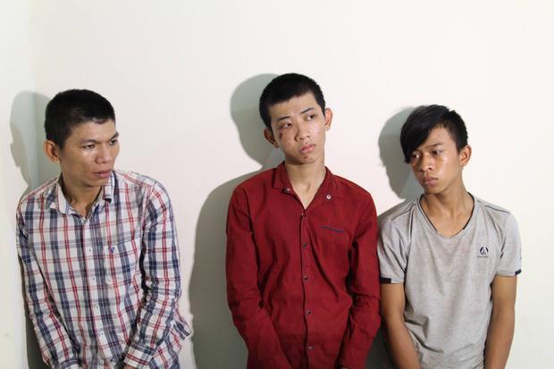 Đại (áo caro) cầm đầu băng nhóm cướp táo tợn ở vùng ven Sài Gòn.
