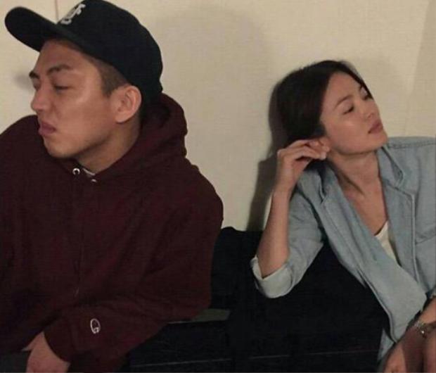 """Song Hye Kyo và Yoo Ah In trở nên thân thiết sau khi chụp cùng nhau trong bộ ảnh của tập chí W Korea. Trước đó, nam diễn viên từng là bạn diễn của Song Joong Ki trong phim """"Chuyện tình Kyungkwan""""."""