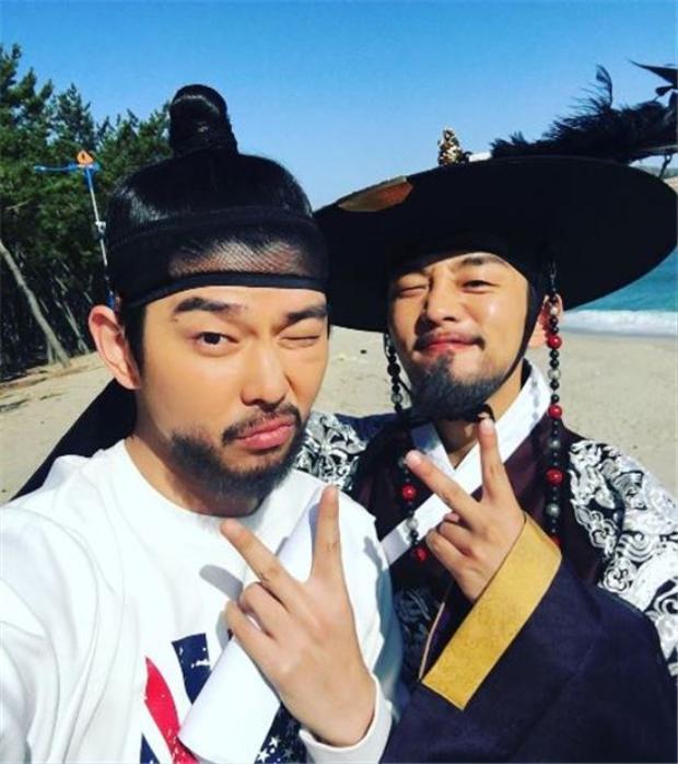 """Năm 2015, Yoo Ah In và Yoon Kyung Sang cùng hợp tác với nhau trong bộ phim """"Six Flying Dragons"""". Vào năm 2016, nam diễn viên 31 tuổi đã gửi xe cà phê để ủng hộ Kyung Sang trong dự án phim """"Docters""""."""