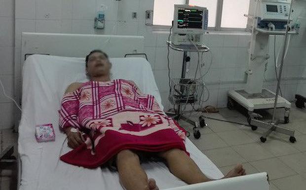 Người đàn ông đang cấp cứu tại bệnh viện. Ảnh: Văn Minh.