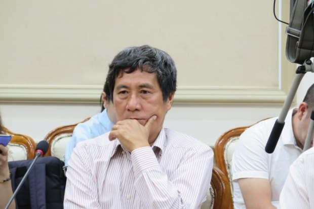 Ông Bùi Minh Bình, Hiệu trưởng Trường THPT Long Thới, tại cuộc họp Ảnh - Trung Hiếu