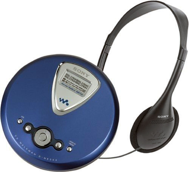 """Sony Walkman là một dòng máy tên tuổi của Sony trên thị trường máy nghe nhạc. Vào những năm 1990 của thế kỷ trước, một anh chàng """"sành điệu"""" chắc chắn không thể thiếu một chiếc CD-Walkman ở bên hông mỗi khi ra ngoài."""
