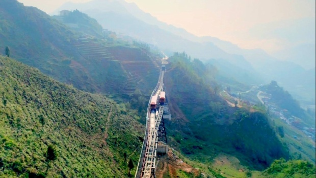 Thung lũng Mường Hoa và các bản làng yên bình sẽ ẩn hiện khi nhìn từ con tàu. Ảnh: Sun World Fansipan Legend.