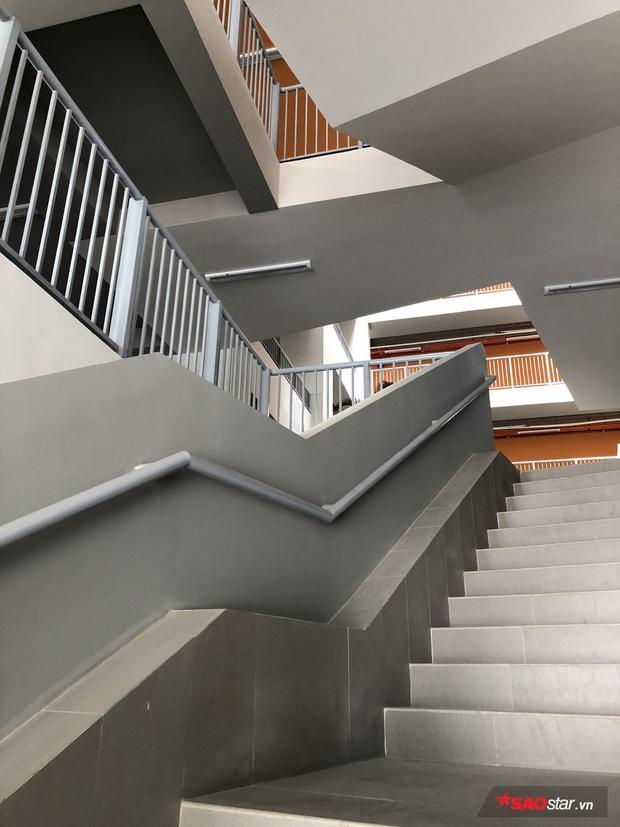 Chỉ là cầu thang bộ thôi, có cần đpẹ quá đáng như thế này không?