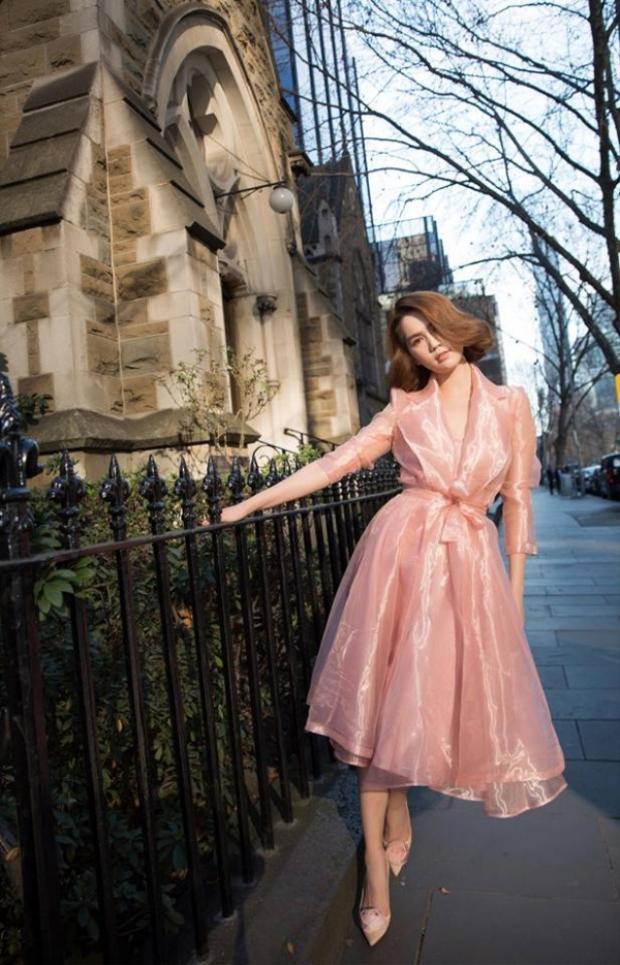 Bộ váy hồng xòe chất liệu bóng kém sang này đã dìm hàng sắc vóc của Ngọc Trinh đi rất nhiều.