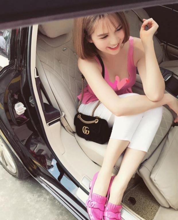 Áo dây hồng đi cùng giày bệt hồng sẽ rất đẹp nếu Ngọc Trinh đang ở thời điểm những năm 2000.