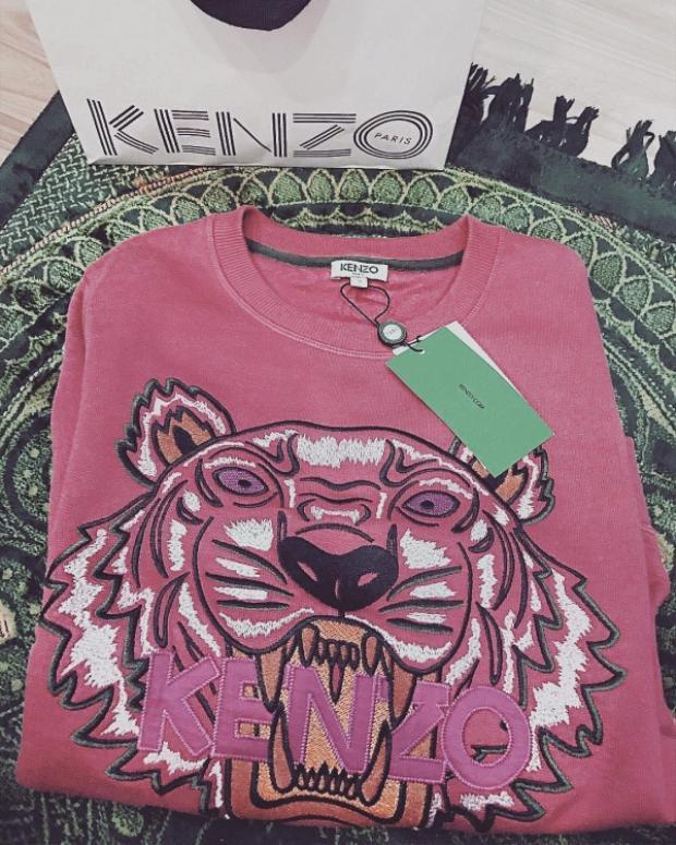 """Áo thun đầu hổ Kenzo trông dữ dằn cũng được """"Bà mẹ nhí"""" chọn cho mình một phiên bản màu hồng. Tuy sử dụng toàn gam màu nữ tính này, nhưng nữ diễn viên khéo léo chọn cho mình nhiều items theo các phong cách khác nhau, khiến vẻ ngoài không bị nhám chán."""