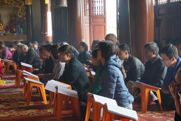 Dịp này nhiều người cũng ghé vào chùa cầu an, cầu cho vong linh tổ tiên được ấm cúng, gia đình yên ấm.