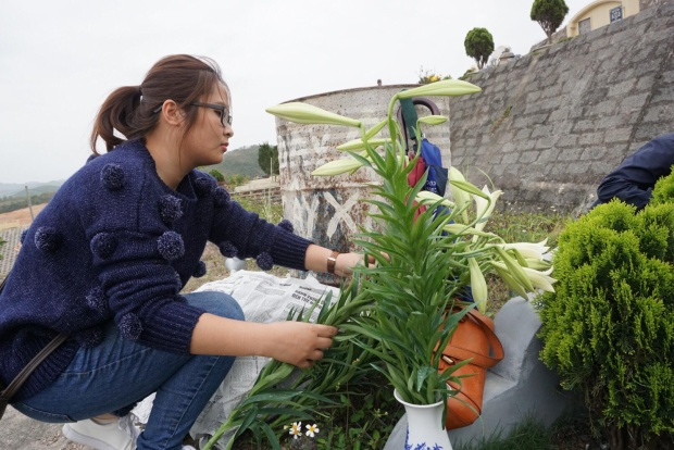 Được chăm sóc cẩn thận nên các cây cối xung quanh phần mộ luôn xanh tốt, rợp bóng hoa lá. Con cháu cũng dọn dẹp có thể là nhổ cỏ, trồng hoa, tu sửa lại bia mộ… để những ngôi mộ được khang trang, sạch đẹp, bền vững.