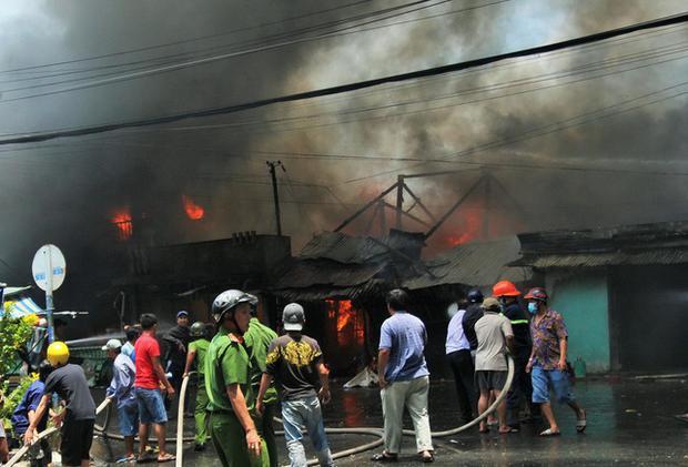 Ngọn lửa lan rất nhanh, cả dãy nhà bốc cháy ngùn ngụt - Ảnh: Mậu Trường/Tuổi Trẻ.