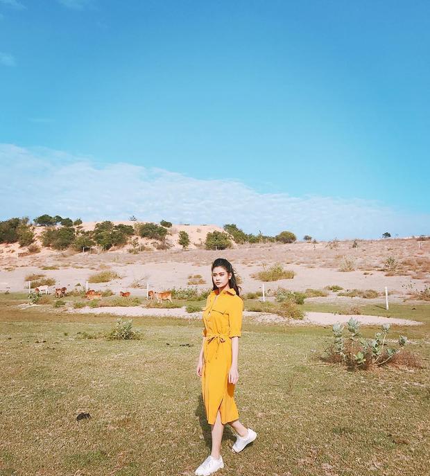 """""""Gái một con"""" Trương Quỳnh Anh tự tin khoe dáng đón hè trong chiếc váy quấn tông màu vàng nổi bật. Nữ ca sĩ cũng mang giày sneaker trắng để phù hợp với tổng thể nhẹ nhàng, năng động."""