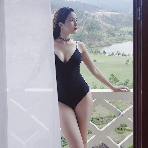 Khoe trọn vóc dáng với áo tắm ôm sát, Diệp Lâm Anh cuốn hút mọi ánh nhìn bởi vẻ sexy của bản thân.