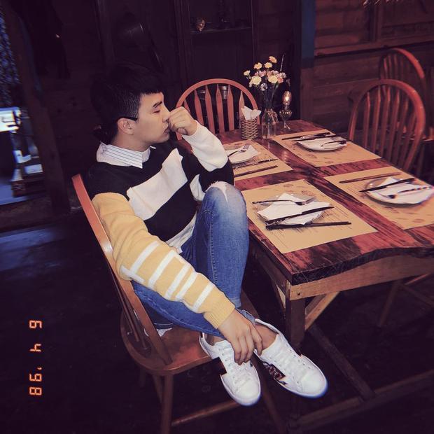 Duy Khánh Zhou Zhou trẻ trung với cách mặc layer áo sơ mi và sweater. Anh chàng sử dụng đôi sneaker Gucci đang được nhiều sao Việt yêu thích nhằm hoàn thiện tổng thể.