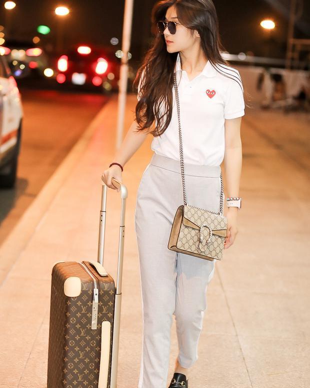 Nhìn thì có vẻ đơn giản, nhưng outfit của Hoàng Yến Chibi gồm toàn những items tiền tạ, tiền tấn như vali Louis Vuitton, giày và túi Gucci.