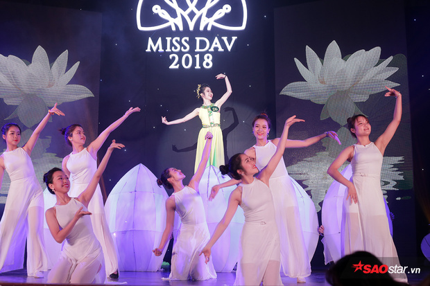 Lê Ngọc Thùy Dương mở màn đêm thi với điệu múa uyển chuyển trong giai điệu Giấc mơ trưa.