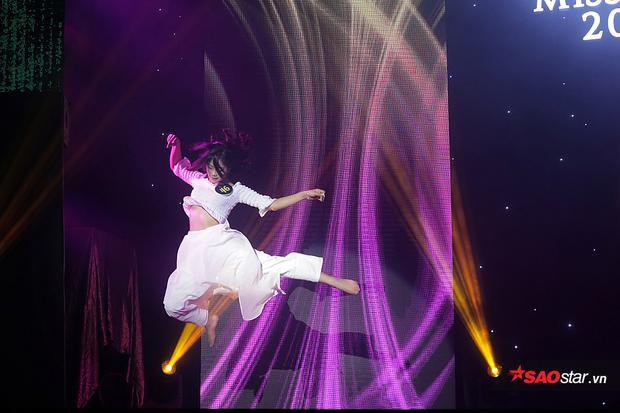 Một pha bay lượn trên không đòi hỏi kĩ thuật cao trong bài múa đương đại Never enough của Trần Thanh Hằng.
