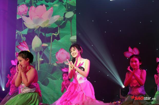 Hoàng Minh Anh xinh đẹp như một đóa sen trong điệu múa sen duyên dáng.
