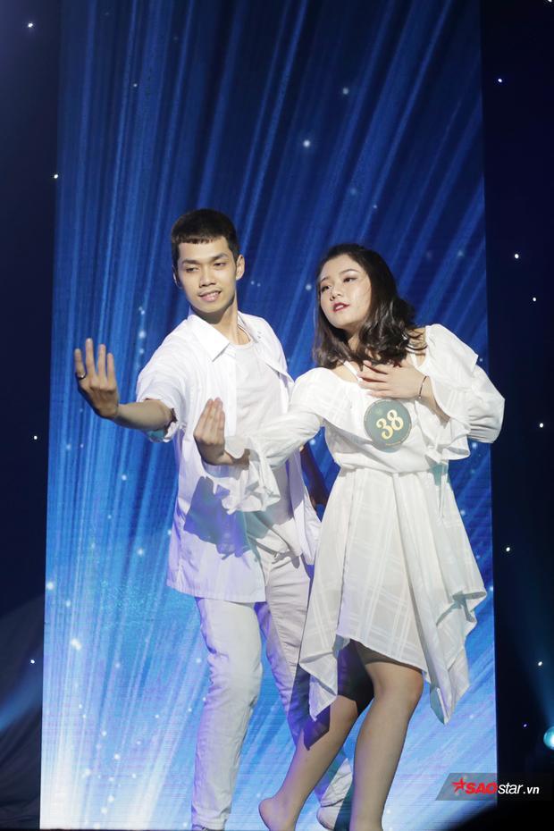 Vũ Thùy Linh kết hợp ăn ý cùng bạn diễn trong bài múa đương đại trên nền giai điệu My heart will go on nổi tiếng.