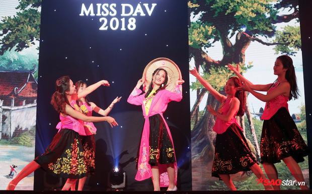Từng gây ấn tượng xuyên suốt thời gian tham gia cuộc thi bởi nhan sắc trong trẻo của mình, Nguyễn Ngọc Anh hóa thân thành người phụ nữ Việt Nam xưa, mộc mạc, giản dị mà vẫn xinh đẹp.
