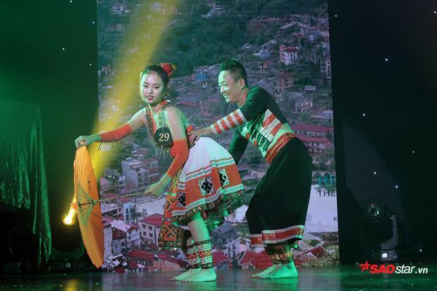 Hóa thân thành cô gái dân tộc nhí nhảnh, hồn nhiên, Trần Hoàng Dung cùng người bạn của mình trình diễn điệu múa mang âm hưởng các tỉnh miền núi phía Bắc.