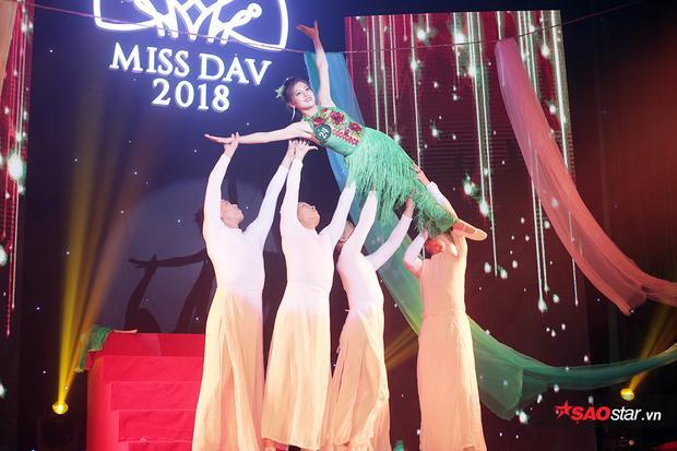 Trương Hồng Giang trình diễn phần thi múa mang tên Lụa đầy uyển chuyển với nhiều kĩ thuật bê, đỡ điêu luyện, khép lại đêm thi bán kết đầy trọn vẹn.