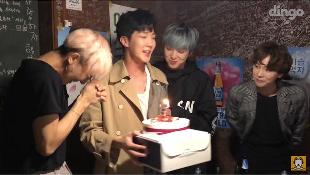 Anh chàng Mino còn được tổ chức sinh nhật muộn bất ngờ cùng các thành viên.
