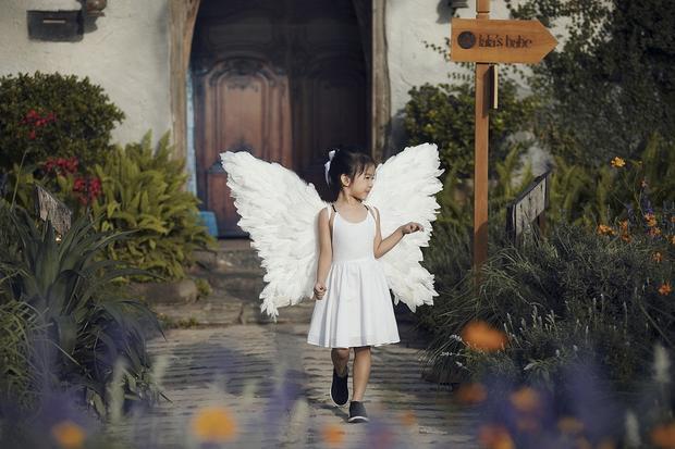 """Bé Thỏ - con gái siêu mẫu Xuân Lan - là """"nàng thơ"""" trong BST Lalababes. Đây là những thiết kế được lấy cảm hứng từ chính tính cách ngây thơ, hồn nhiên, đặc biệt thích vui đùa và làm """"công chúa"""" của bé Thỏ."""