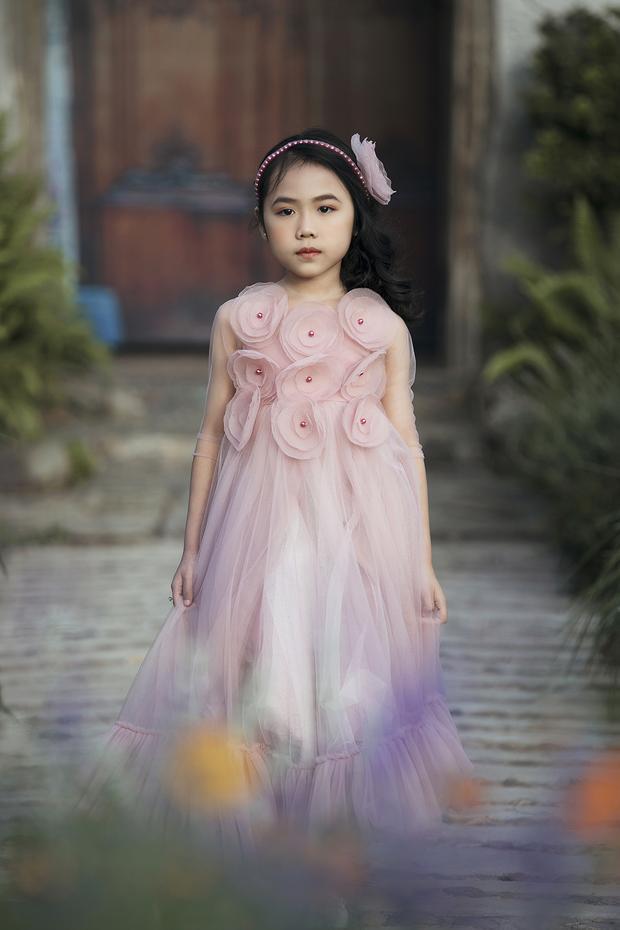 Mẫu lai 7 tuổi có đôi chân dài miên man sải bước chuyên nghiệp thần sầu như Võ Hoàng Yến