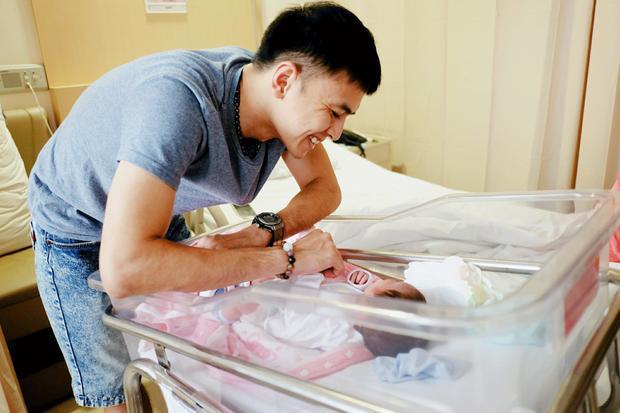 Vợ chồng Tú Vi  Văn Anh lần đầu tiên tiết lộ hình ảnh bé gái đầu lòng