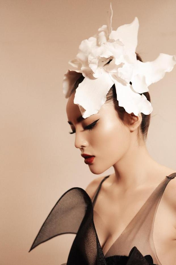 Cô khoe làn da trắng sáng cùng thềm ngực căng tràn một cách khéo léo.