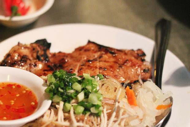 Nổi bật và phổ biến nhất là những tô phở, thường được người miền Bắc lựa chọn, và cơm tấm đại diện cho bữa ăn ở miền Nam.