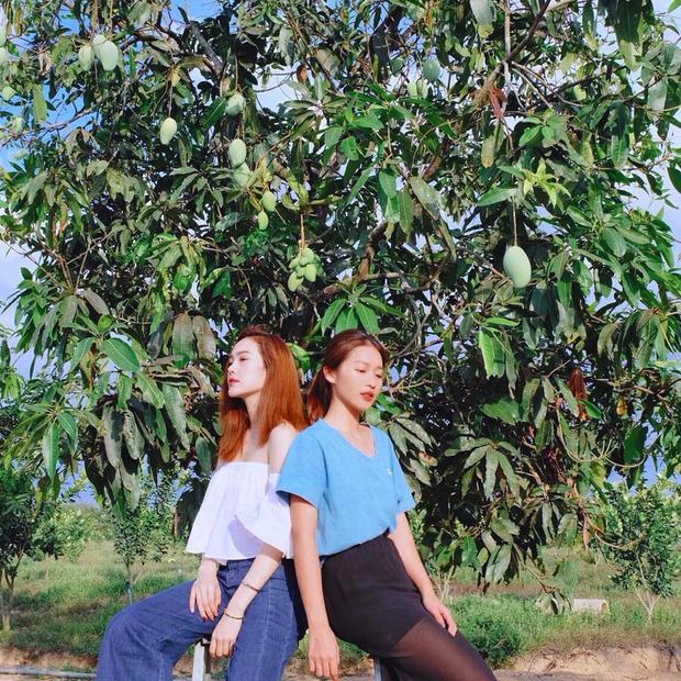 Minh Hằng và Khả Ngân tạo dáng chuyên nghiệp trước khung cảnh thiên nhiên.